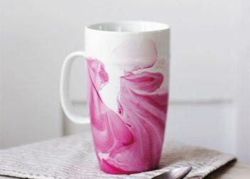 Idea per decorare la tazza utilizzando lo smalto per le unghie