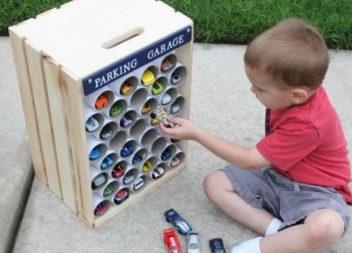 Garage per i giocattoli da scatole di cartone e tubi. Master-class