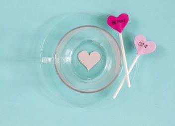 Crea le tazze più romantiche del mondo.Master-class