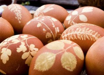 Metodo tradizionale per dipingere le uova