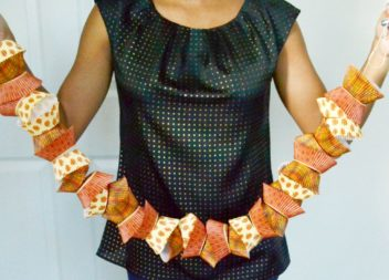Ghirlanda fatta da stampini di carta per i pasticcini. Master class