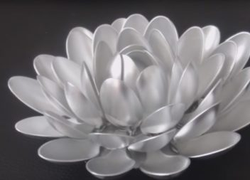 Portacandela con cucchiai di plastica: video master-class