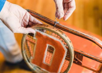 Le sedie originali con racchette da tennis: master-class