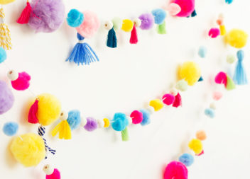 Ghirlanda luminosa con pompon: creazione a mano