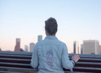 Come applicare un adesivo sulla giacca di jeans: foto-lezione