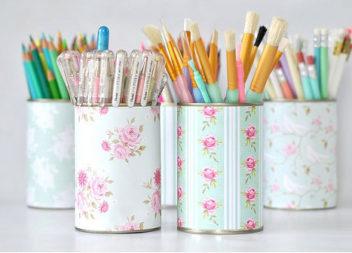 Organizer per matite fatto dai materiali di rifiuto