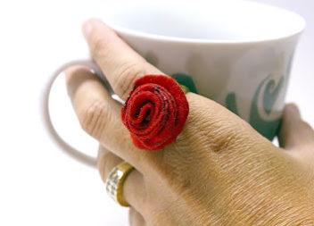 Anello con una rosa fatta a mano