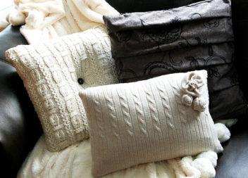 Decorazione del cuscino con un maglione caldo. Master-class