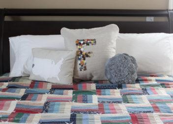 Decorazione del cuscino con i bottoni