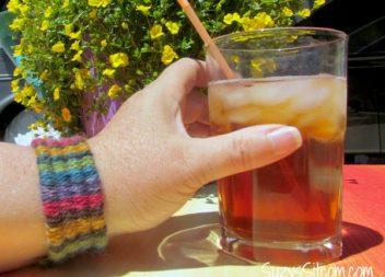Tecnica originale di maglieria: invece di aghi a maglia - cannucce da cocktail