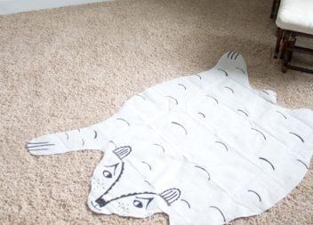 Decorazione sul pavimento: un orso dalle lenzuola