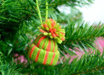 Mini cappelli su un albero di Natale