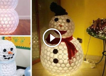 Pupazzo di neve da bicchieri di plastica: video-lezione