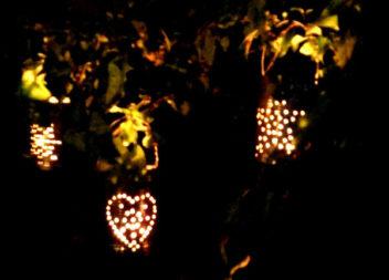 Lampade improvvisate fatte di lattine di ferro