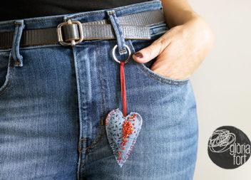 Anello portachiavi a forma di cuore: trasformazione dei jeans in un accessorio