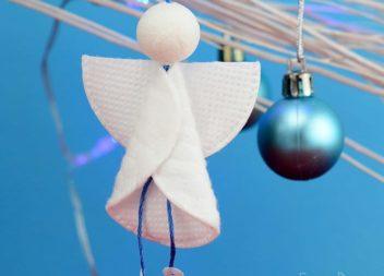 Un angelo dai dischi di cotone: decorazione per le feste