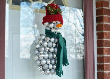 Pupazzo di neve dalle decorazioni natalizie