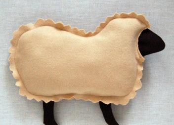Cuscino a forma di agnello