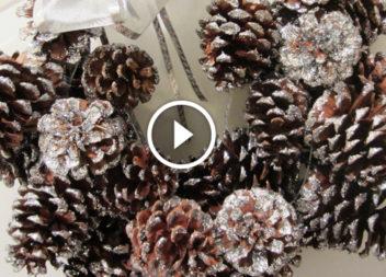 I doni della foresta: una corona di coni sulla porta