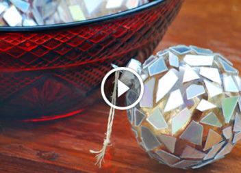 CD su un albero di Natale: palline decorative