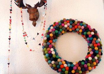 Corona natalizia di feltro: prepariamoci per le feste